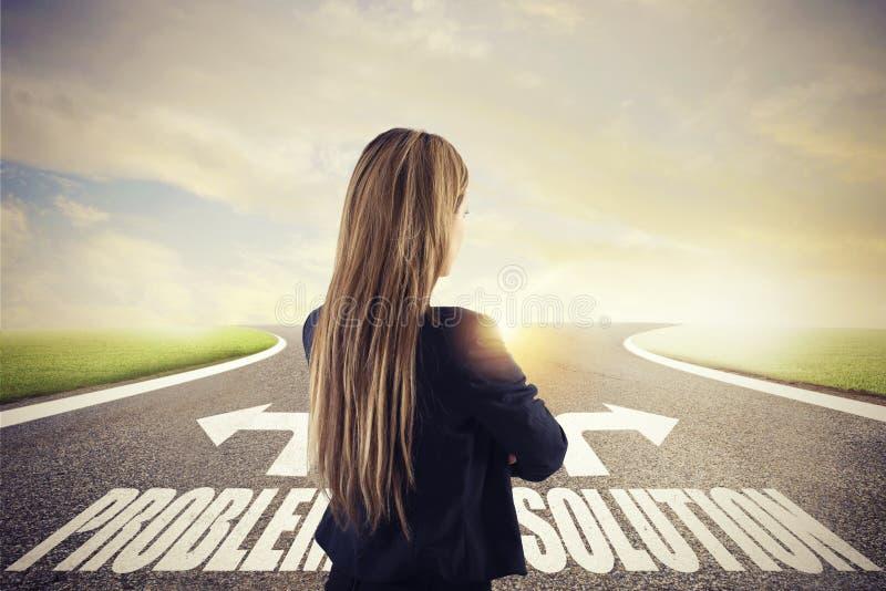 Geschäftsfrau an Kreuzungen Sie wählt die korrekte Weise Konzept der Entscheidung im Geschäft lizenzfreie stockfotografie