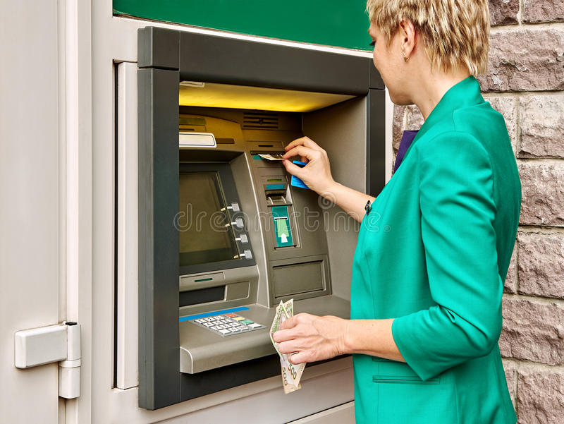 Geschäftsfrau lässt ATM laufen stockfotos