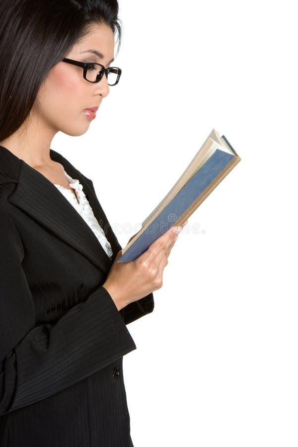 Geschäftsfrau-Lesebuch lizenzfreies stockbild