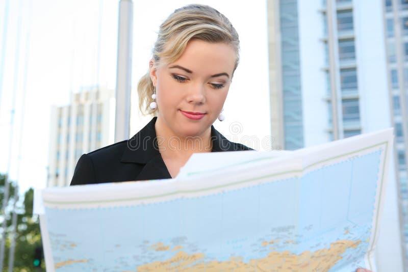 Geschäftsfrau-Lesekarte lizenzfreies stockfoto