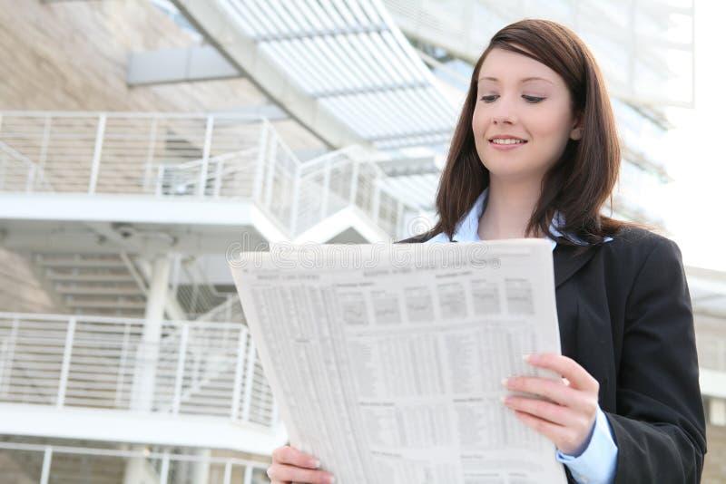 Geschäftsfrau-Lesenachrichten stockbild