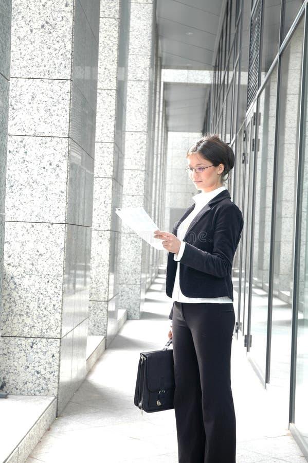 Geschäftsfrau-Lesevertrag stockfoto