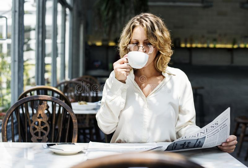 Geschäftsfrau-Lesezeitung morgens stockbilder