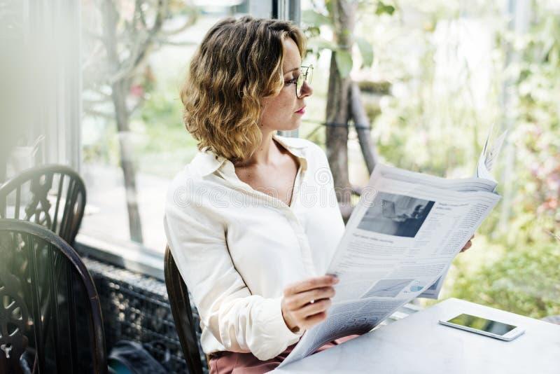 Geschäftsfrau-Lesezeitung morgens lizenzfreie stockfotos
