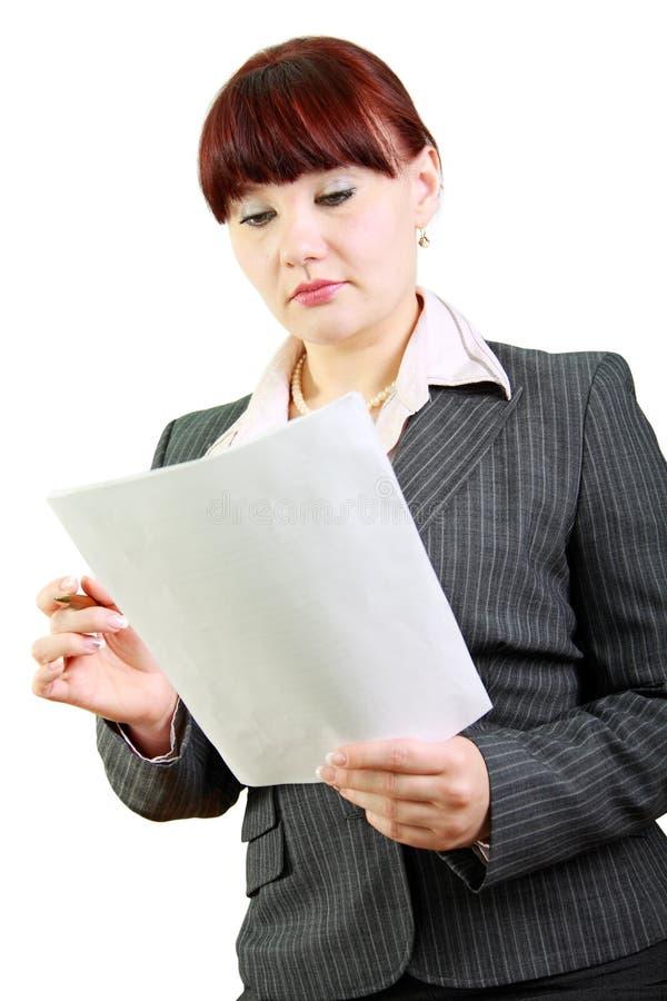 Geschäftsfrau liest Dokumente stockfotografie