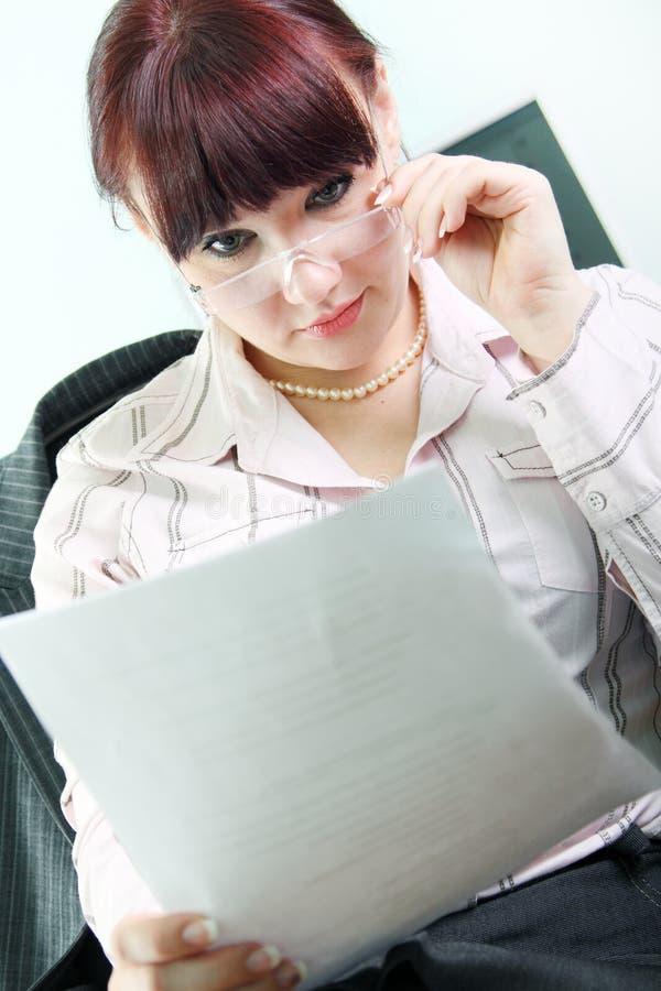 Geschäftsfrau liest Dokumente lizenzfreies stockfoto