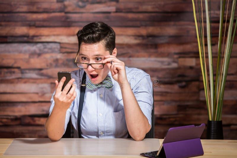 Geschäftsfrau Looking Over Eyeglasses stockfotos