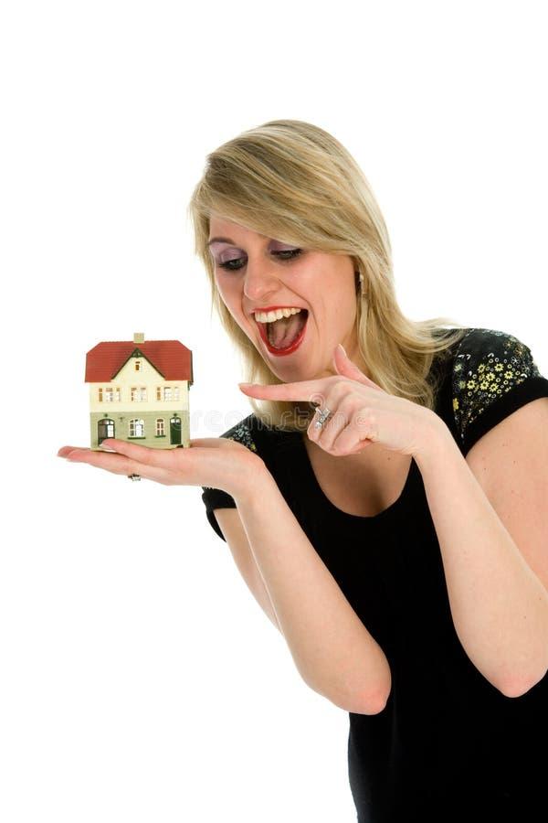 Geschäftsfrau macht Grundbesitz bekannt stockbild