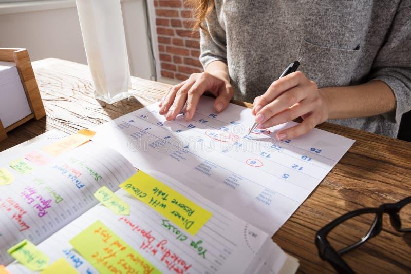 Geschäftsfrau-Marking Schedule On-Kalender lizenzfreie stockfotografie