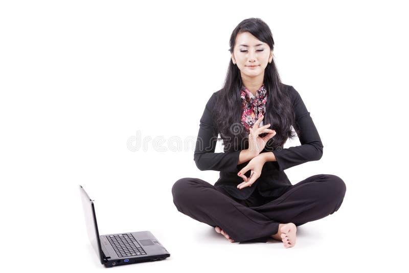 Geschäftsfrau meditiert friedlich stockfoto