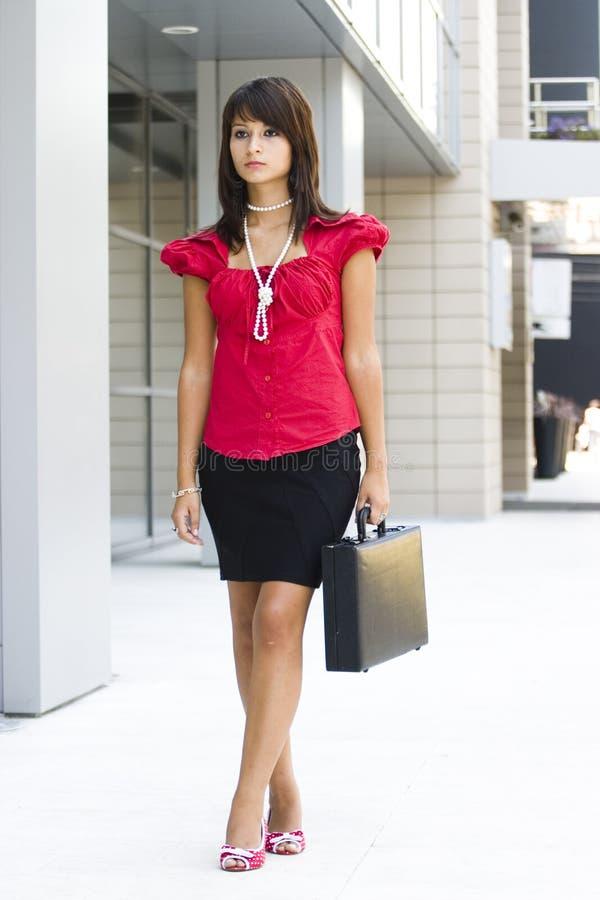 Geschäftsfrau mit Aktenkoffer