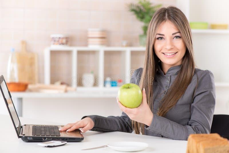 Geschäftsfrau mit Apfel stockbild
