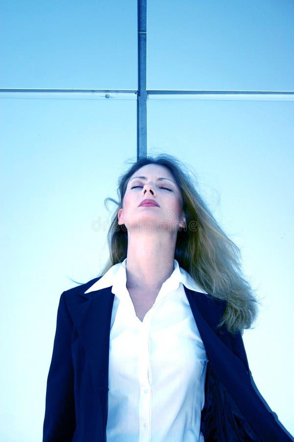 Geschäftsfrau mit Augen geschlossenem zurück sich lehnen stockbild