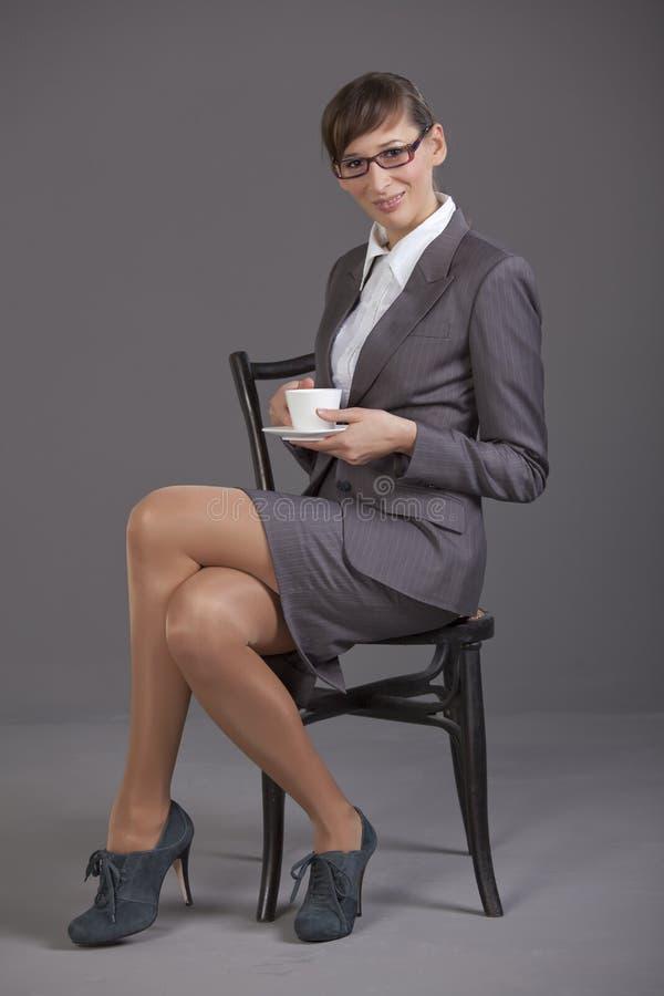 Geschäftsfrau mit Cupkaffee lizenzfreies stockbild