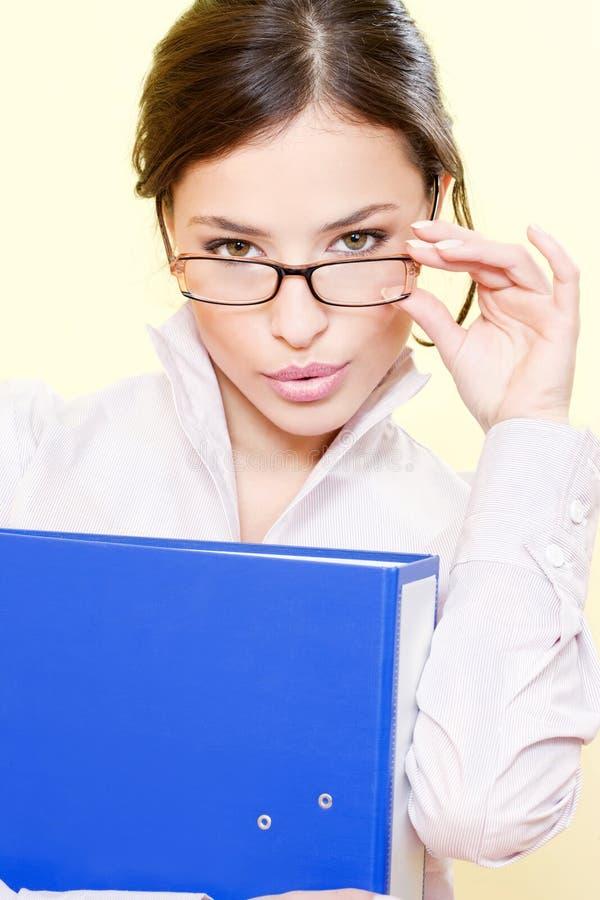 Geschäftsfrau mit Datei und Brillen stockfoto