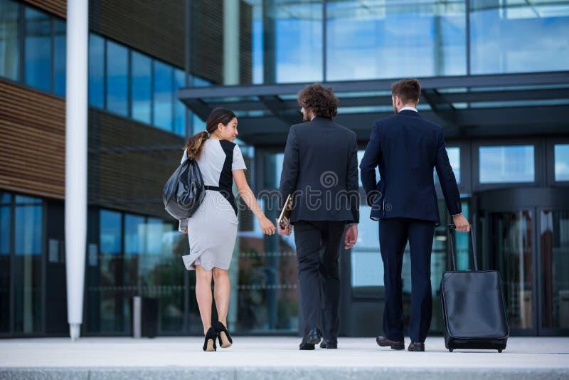 Geschäftsfrau mit dem Kollegegehen stockbild