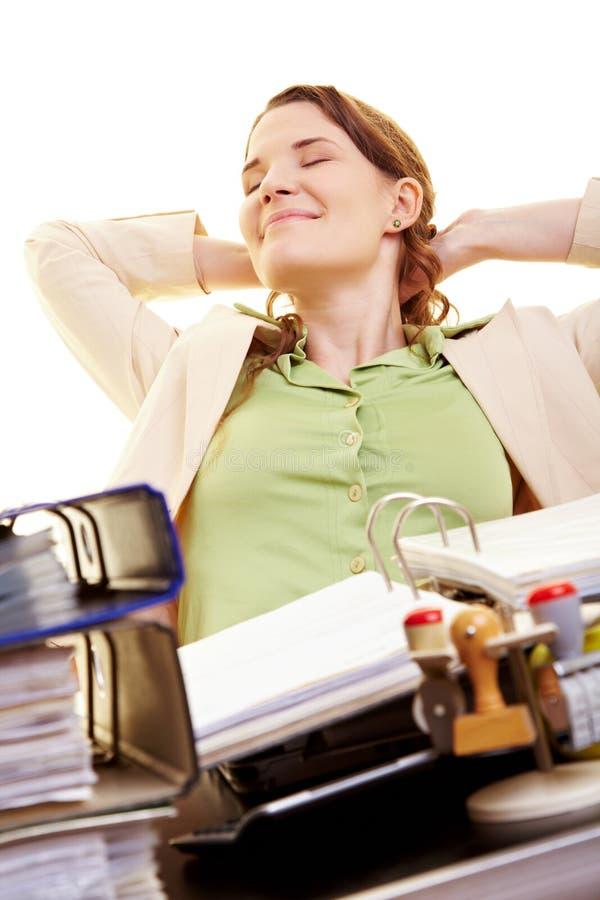 Geschäftsfrau mit den Augen geschlossen stockfotografie