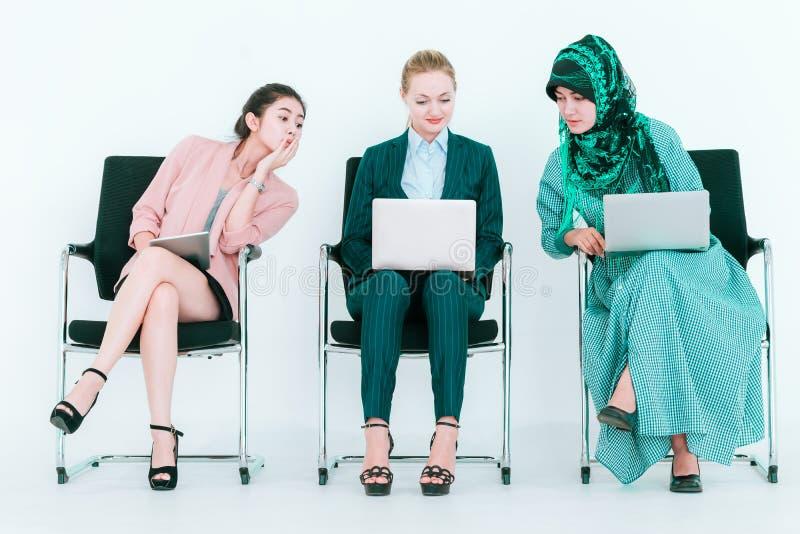 Geschäftsfrau mit der hinterlistigen Kopie des schlechten Umgangsformens von Co-Arbeitskraft, zum von Idee des Mannschaftskamerad stockfotos