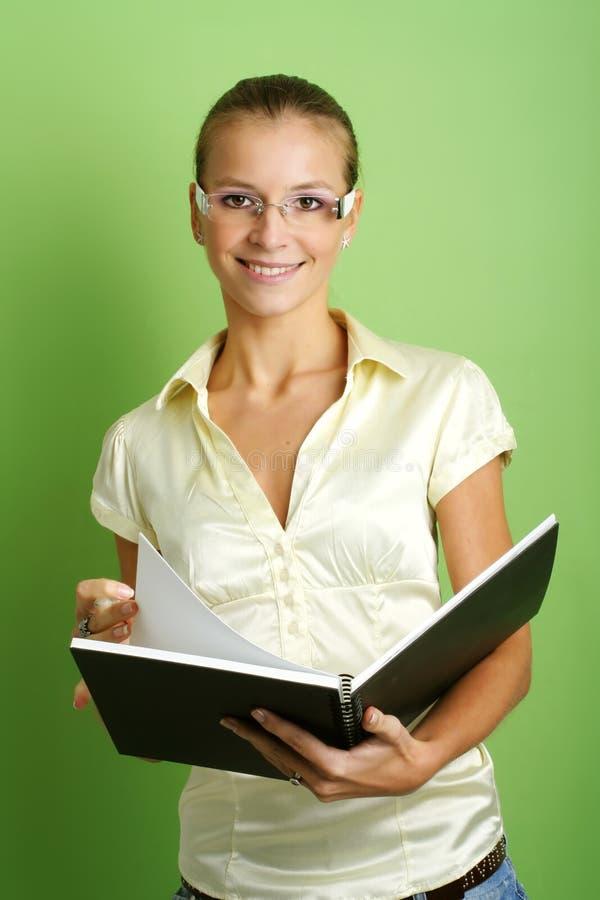 Geschäftsfrau mit einem Faltblatt lizenzfreies stockfoto