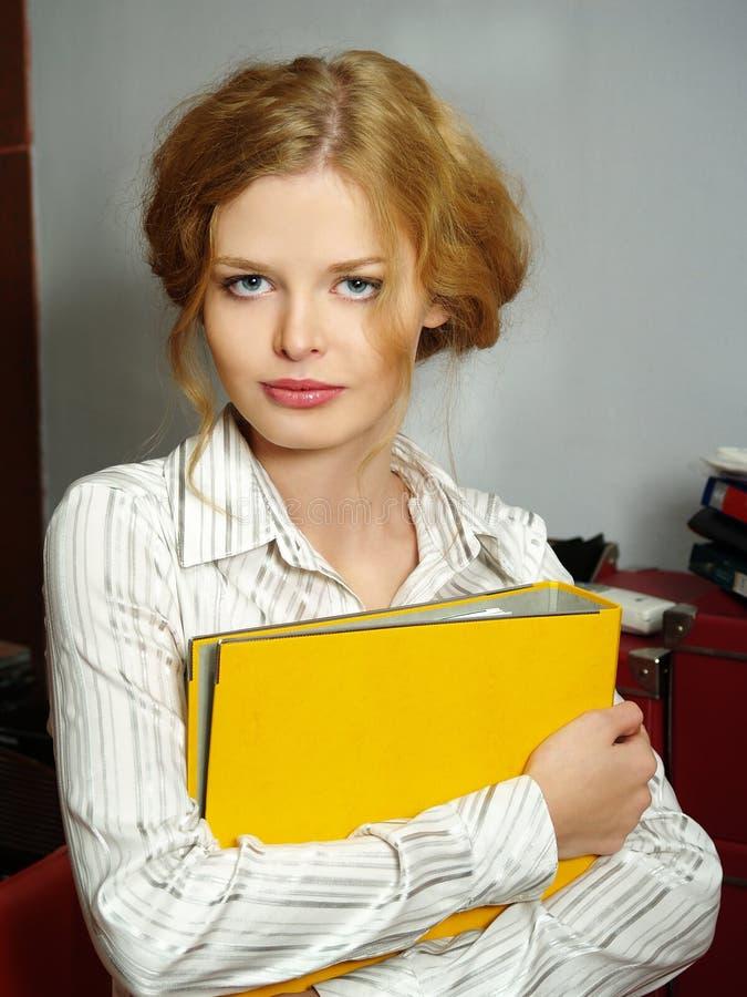 Geschäftsfrau mit einem Faltblatt für Papiere stockbild