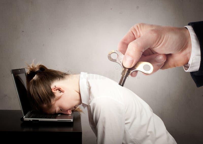 Geschäftsfrau mit einer Schlüsselwinde auf ihr zurück stockfoto