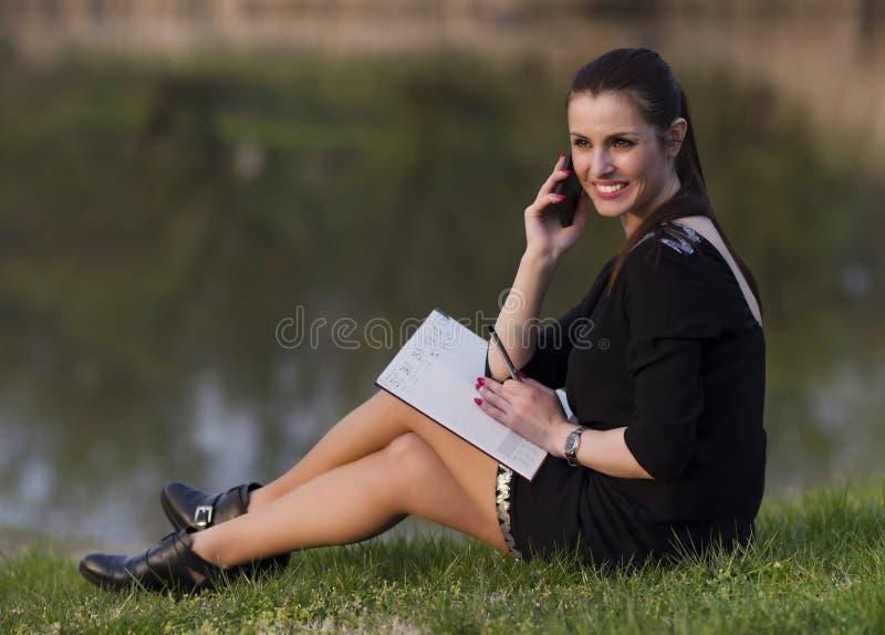 Geschäftsfrau mit einer Tagesordnung stockfoto