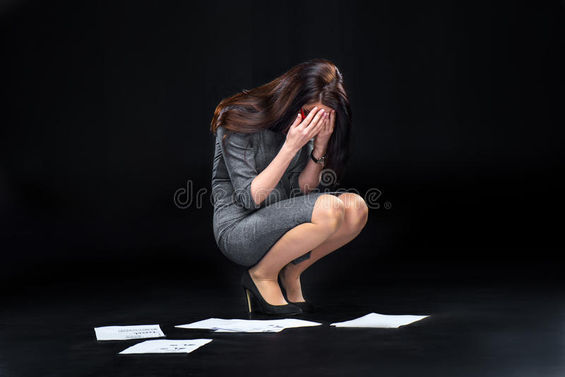 Geschäftsfrau mit fallengelassenen Dokumenten stockbilder