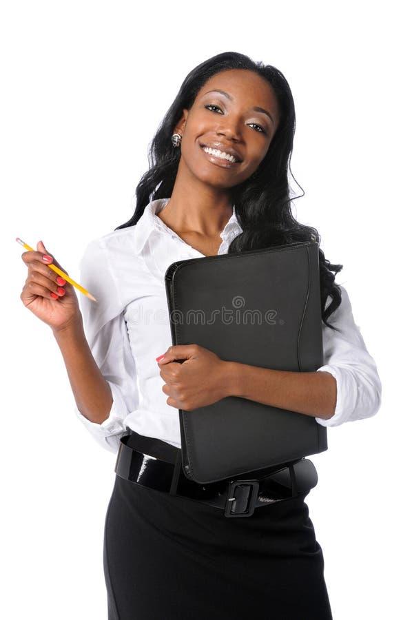 Geschäftsfrau mit Faltblatt und Bleistift lizenzfreies stockbild