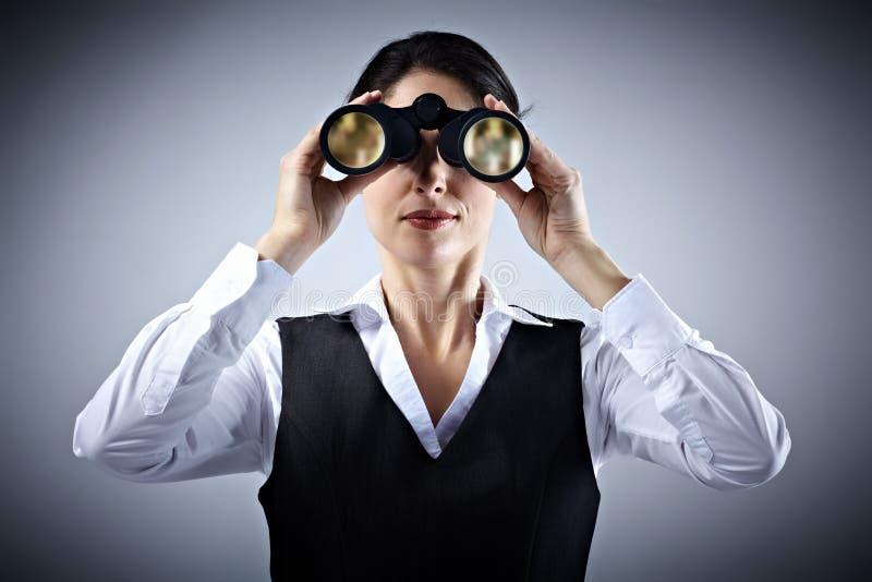 Geschäftsfrau mit Ferngläsern. stockbilder