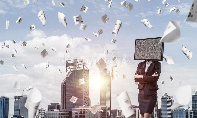 Geschäftsfrau mit Fernsehen anstelle des Kopfes lizenzfreie stockbilder