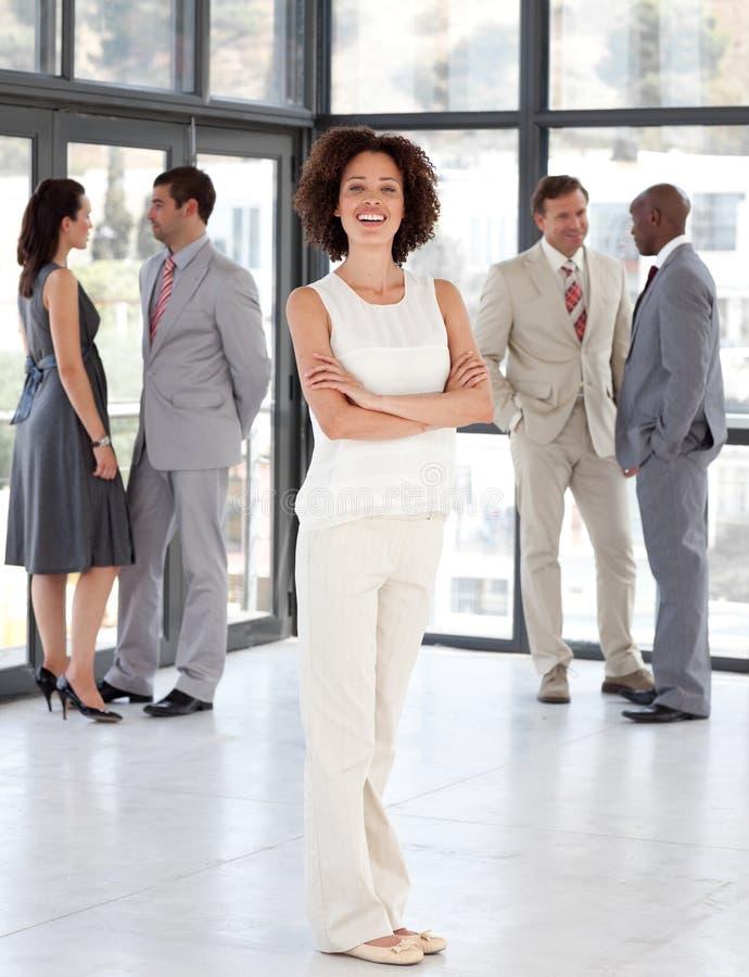 Geschäftsfrau mit gefaltetem Arme Geschäftsteam lizenzfreies stockbild