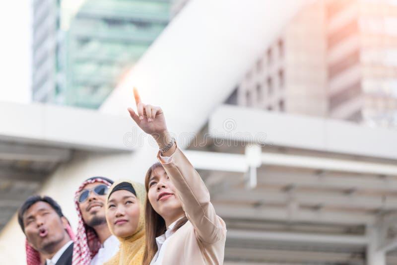Geschäftsfrau mit geklickt ihrem Finger auf Gebäudehintergrund Geschäfts- und Teamwork-Konzept stockfotografie