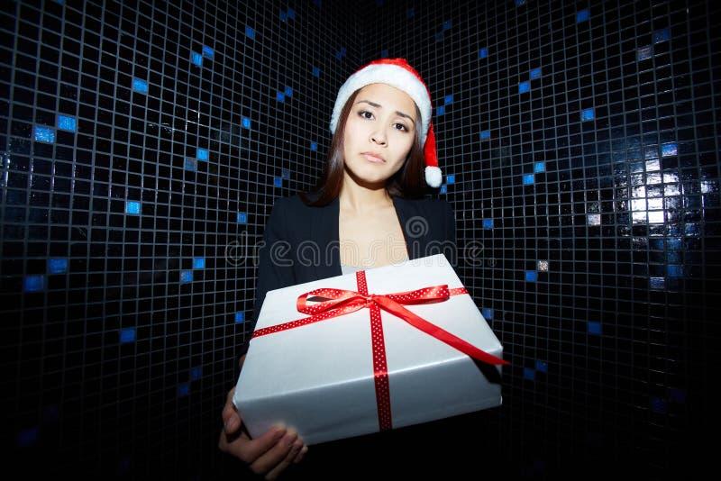 Geschäftsfrau mit giftbox lizenzfreie stockbilder