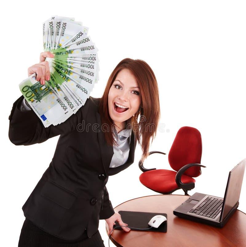 Geschäftsfrau mit Gruppe des Geldes und des Laptops. stockfotografie