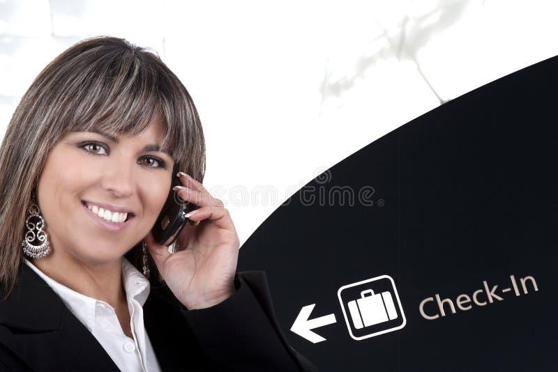 Geschäftsfrau mit Handy im Flughafen lizenzfreies stockfoto