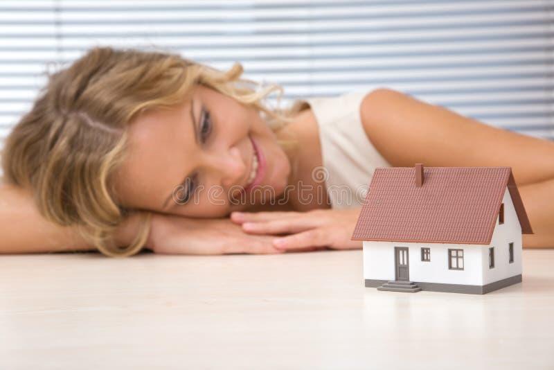 Geschäftsfrau mit Haus lizenzfreie stockfotos