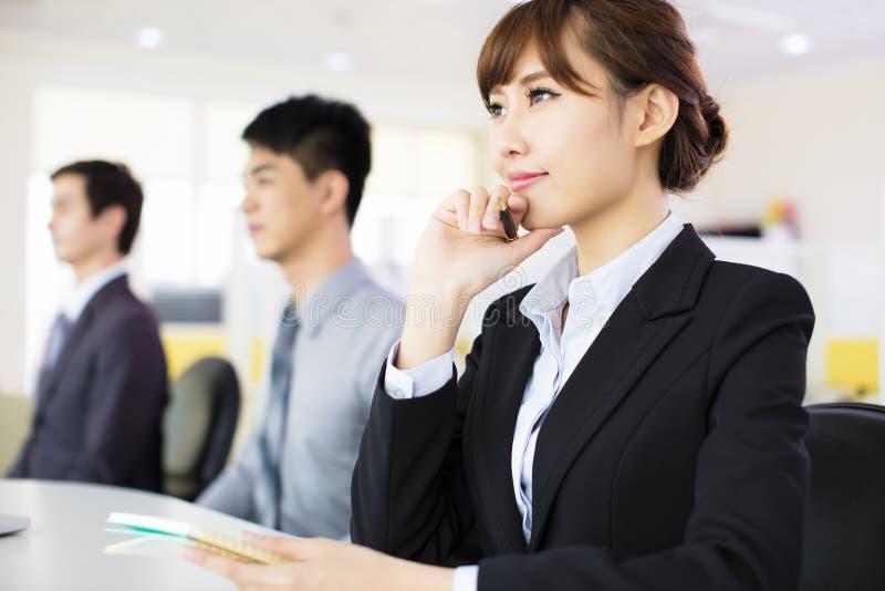 Geschäftsfrau mit ihrem Personal stockfotografie
