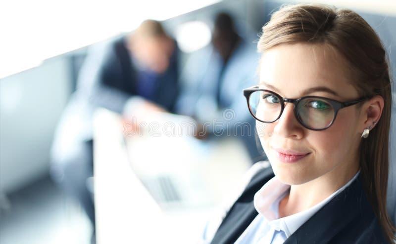 Geschäftsfrau mit ihrem Personal stockfotos