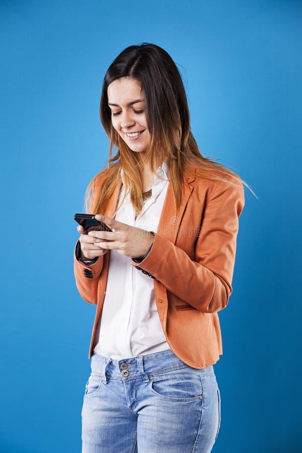 Geschäftsfrau mit ihrem Smartphone stockbild