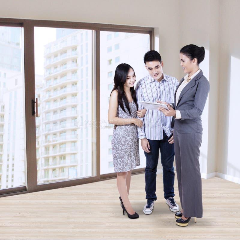 Geschäftsfrau mit junger Familie lizenzfreie stockfotografie