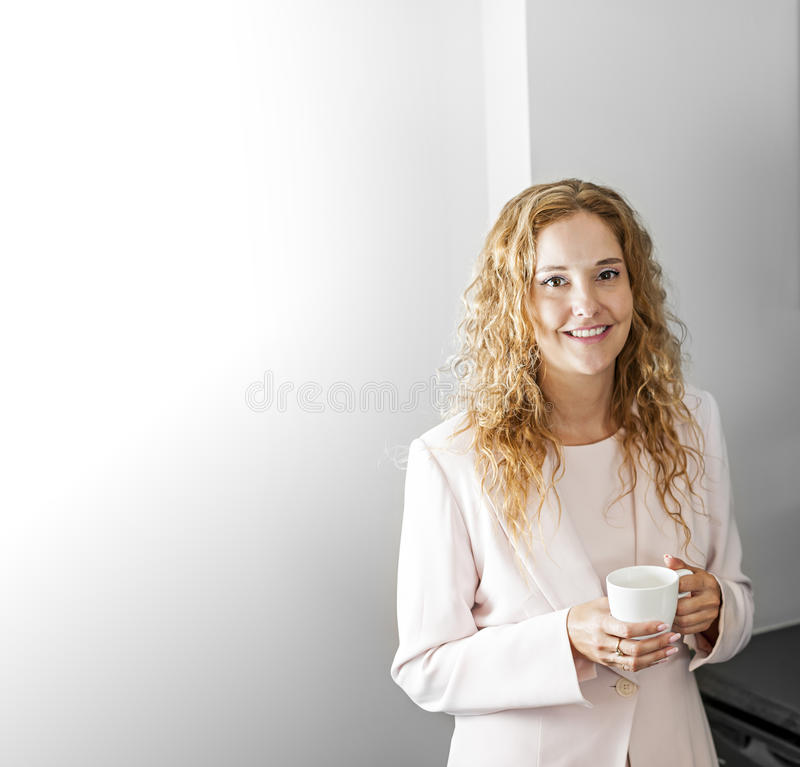 Geschäftsfrau mit Kaffee lizenzfreies stockbild