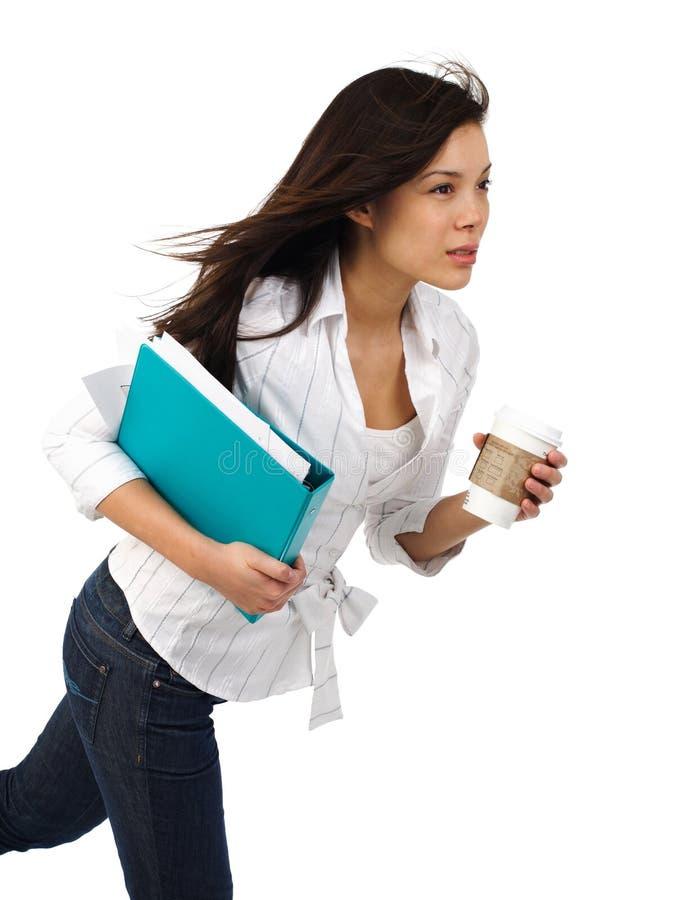 Geschäftsfrau mit Kaffee in der Bewegung lizenzfreies stockfoto