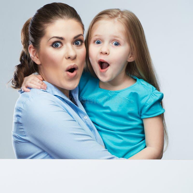 Geschäftsfrau mit Kindermädchen lokalisierte Porträt hinter weißer Boa lizenzfreies stockfoto
