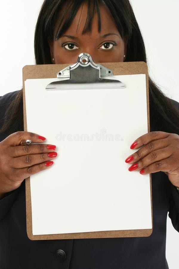 Geschäftsfrau mit Klemmbrett stockfotografie