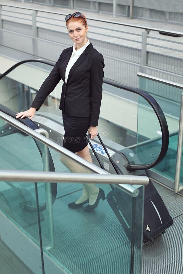Geschäftsfrau mit Koffer stockfoto