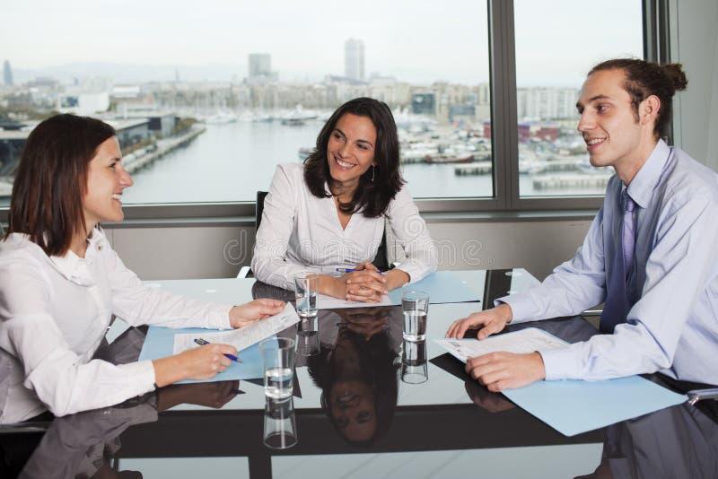 Geschäftsfrau mit Kollegen lizenzfreie stockfotografie