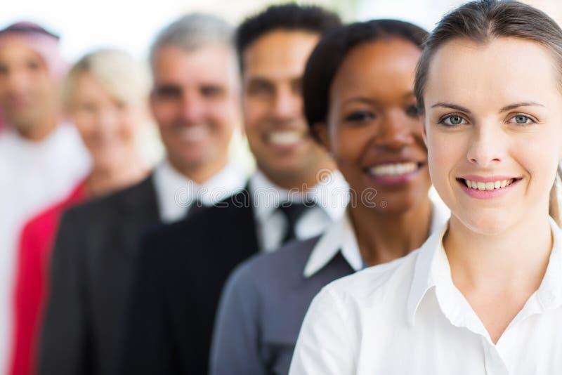 Geschäftsfrau mit Kollegen stockfotografie