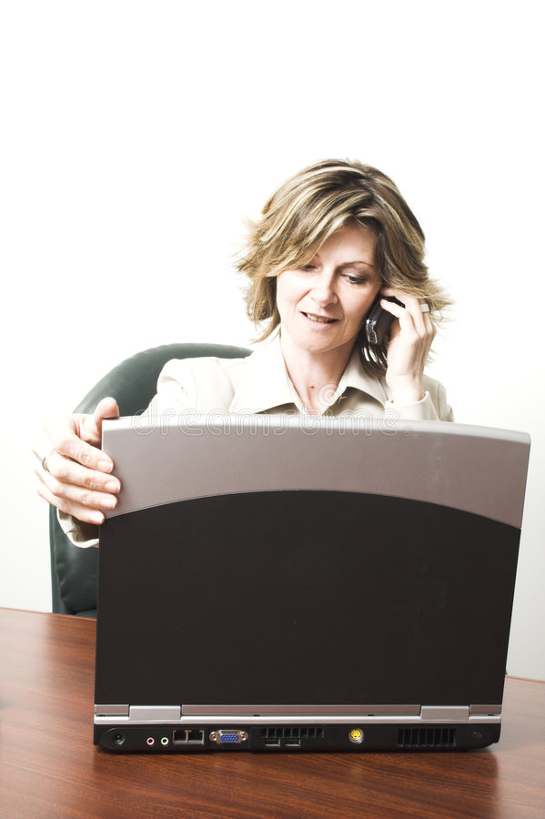 Geschäftsfrau mit Laptop lizenzfreie stockbilder