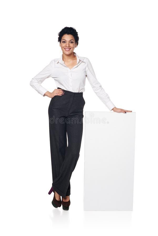 Geschäftsfrau mit leerem weißem Brett lizenzfreies stockfoto