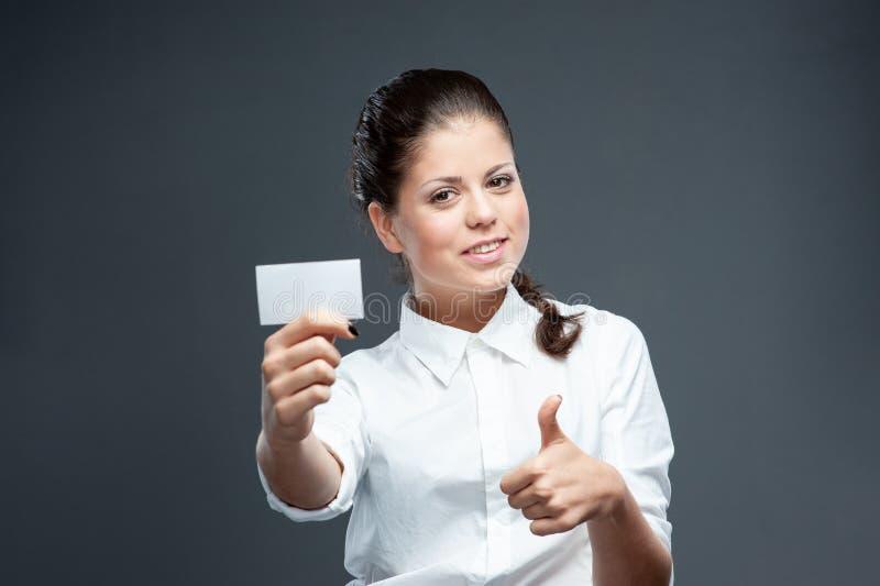 Geschäftsfrau mit leerer Werbungsfahne auf Weiß lizenzfreies stockfoto